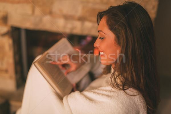 élvezi kandalló gyönyörű fiatal mosolygó nő olvas Stock fotó © MilanMarkovic78