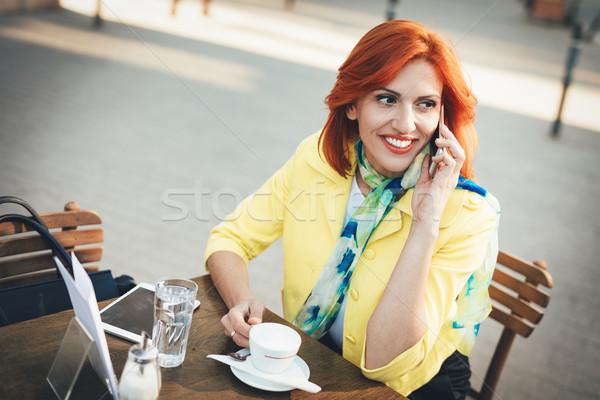 üzletasszony kávészünet mosolyog telefon utca kávézó Stock fotó © MilanMarkovic78