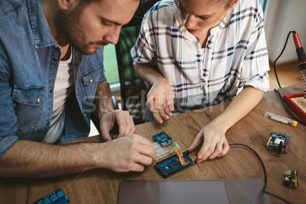 Mérnökök dolgozik nyáklap férfi segít nő Stock fotó © MilanMarkovic78