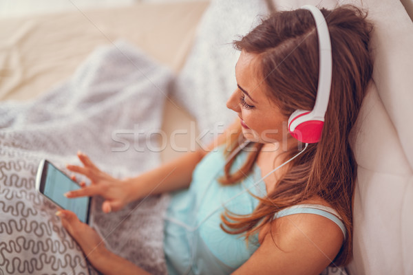Musikalische Flucht schönen jungen lächelnde Frau Sitzung Stock foto © MilanMarkovic78
