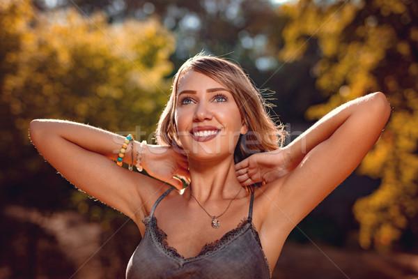 Cedo outono retrato belo sorridente mulher jovem Foto stock © MilanMarkovic78