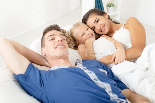 Glückliche Familie Bett jungen Eltern wenig Tochter Stock foto © MilanMarkovic78