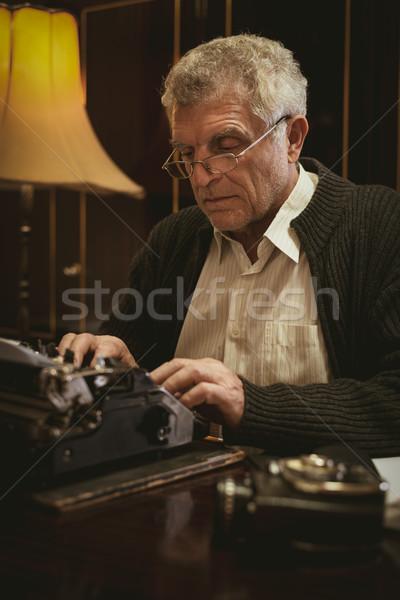 Stockfoto: Retro · senior · man · schrijver · bril · schrijven