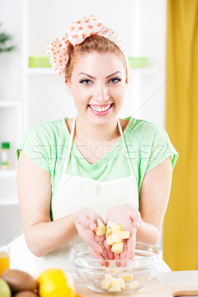 Fiatal nő gyümölcssaláta gyönyörű alma konyha néz Stock fotó © MilanMarkovic78