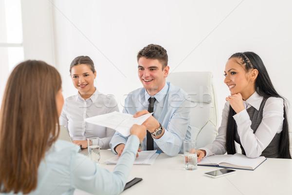 Sollicitatiegesprek jonge zakenvrouw gelukkig zakenlieden communicatie Stockfoto © MilanMarkovic78