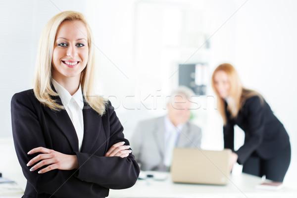 Zdjęcia stock: Kobieta · interesu · piękna · młodych · broni · biuro · patrząc