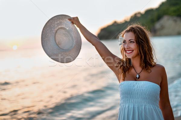 Stock fotó: Vízpart · gyönyörű · fiatal · mosolygó · nő · fehér · ruha · sétál