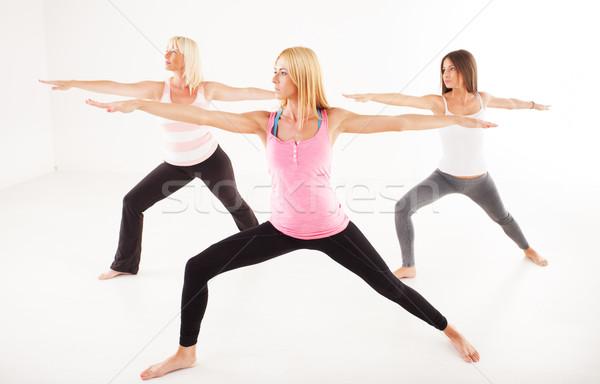 Yoga guerrero plantean tres hermosa mujeres Foto stock © MilanMarkovic78