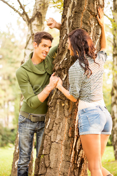 Verbergen achter boom mooie meisje vriendje Stockfoto © MilanMarkovic78