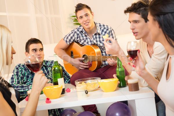 Jogar meu companhia pequeno grupo jovens casa Foto stock © MilanMarkovic78