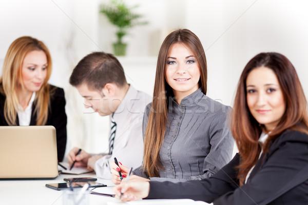 Zespół firmy szczęśliwy młodych kobieta interesu biuro patrząc Zdjęcia stock © MilanMarkovic78