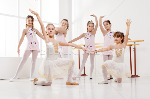 Foto stock: Pequeno · sorridente · meninas · vestidos · balé
