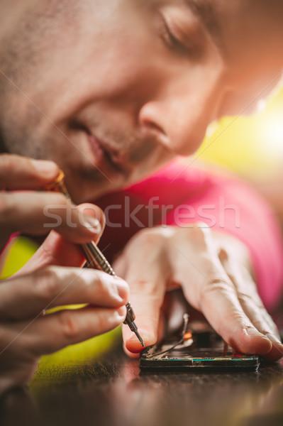 Férfi javít mobiltelefon közelkép férfi kezek Stock fotó © MilanMarkovic78