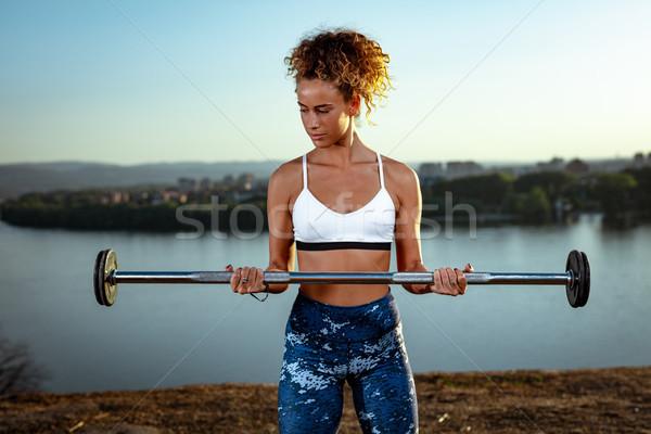 Inspanning dagelijks jonge fitness vrouw oefening barbell Stockfoto © MilanMarkovic78