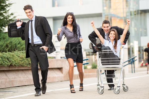 Zakupy wyścigu grupy młodych ludzi biznesu ulicy Zdjęcia stock © MilanMarkovic78