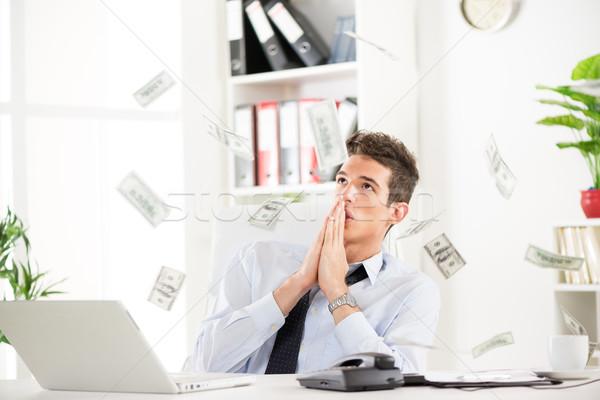 Foto stock: Exitoso · empresario · rezando · muchos · oficina · dinero