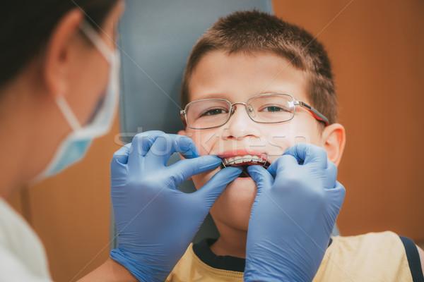 Weinig jongen tandarts mobiele orthodontische apparaat Stockfoto © MilanMarkovic78