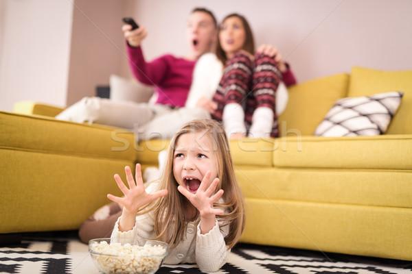 Scary film piękna młodych rodziny oglądania Zdjęcia stock © MilanMarkovic78