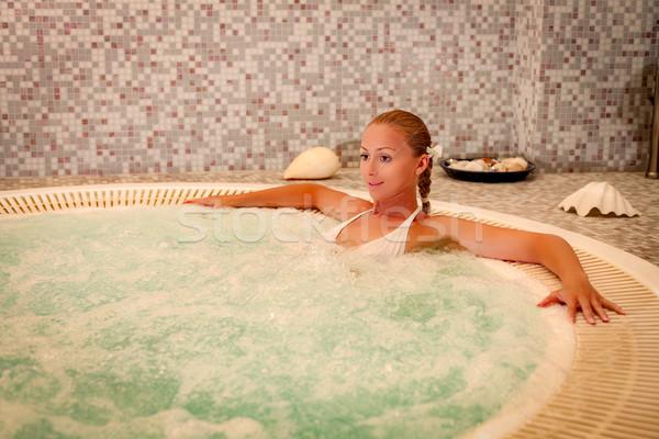 Nina spa mujer hermosa relajante jacuzzi Foto stock © MilanMarkovic78