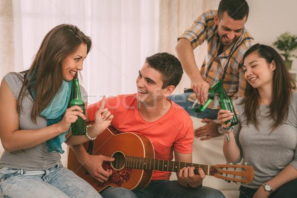 Zdjęcia stock: Znajomych · cztery · wesoły · gitara · piwa · apartamentu