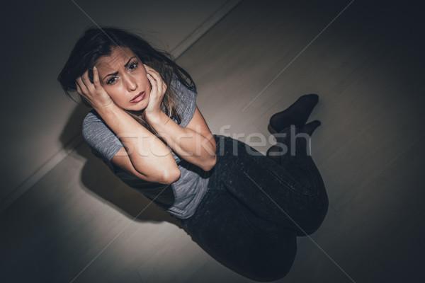 Aider moi jeunes femme regarder Photo stock © MilanMarkovic78