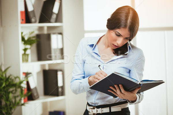 Dolgozik elkötelezettség fókusz gyönyörű fiatal nő áll Stock fotó © MilanMarkovic78