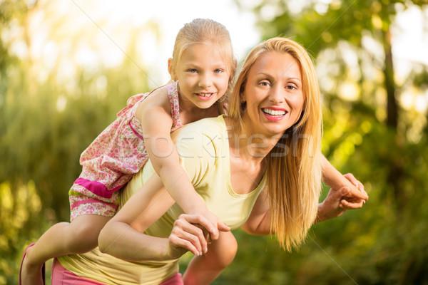 Háton gyönyörű anya aranyos kislány mosolyog Stock fotó © MilanMarkovic78