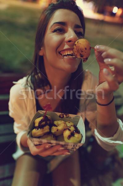 Behoefte leuk jonge mooie glimlachende vrouw eten Stockfoto © MilanMarkovic78