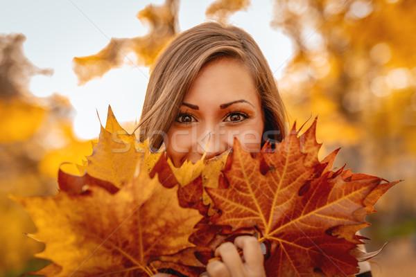 Félénk lány aranyos fiatal nő élvezi napos Stock fotó © MilanMarkovic78