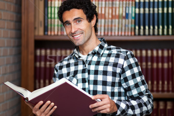 Przystojny mężczyzna regały działalności książek model biznesmen Zdjęcia stock © Minervastock