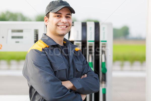 Sorridente trabalhador posto de gasolina mão Óleo poder Foto stock © Minervastock