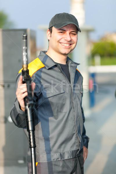 Glimlachend tankstation werknemer hand baan motor Stockfoto © Minervastock