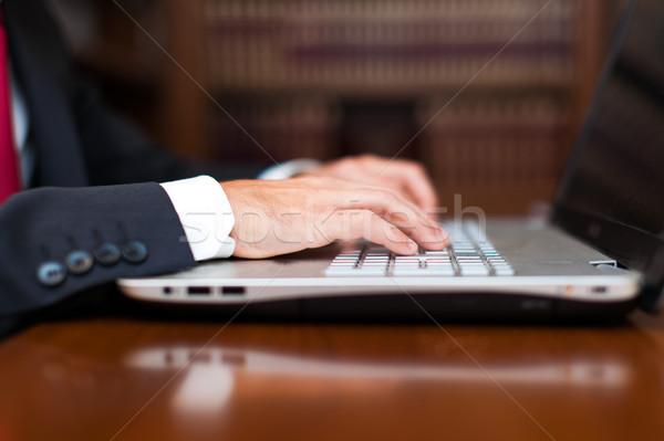 Maschio mani digitando tastiera del computer portatile ufficio mano Foto d'archivio © Minervastock