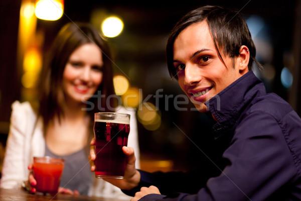 Znajomych napojów publikacji dziewczyna kobiet bar Zdjęcia stock © Minervastock