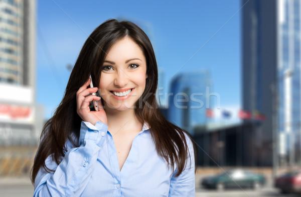 Gülen işkadını konuşma telefon şehir hareketli Stok fotoğraf © Minervastock