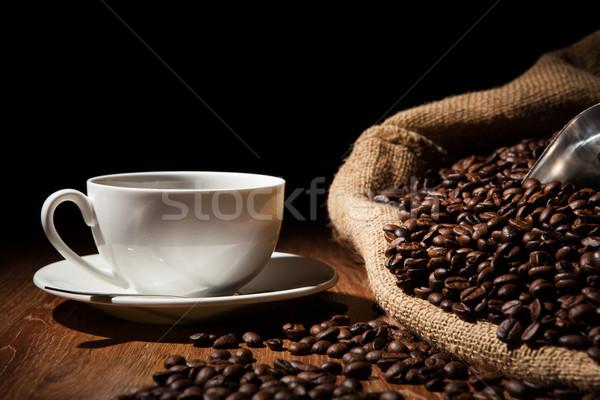 Koffie stilleven beker koffiebonen zak houten tafel Stockfoto © mizar_21984