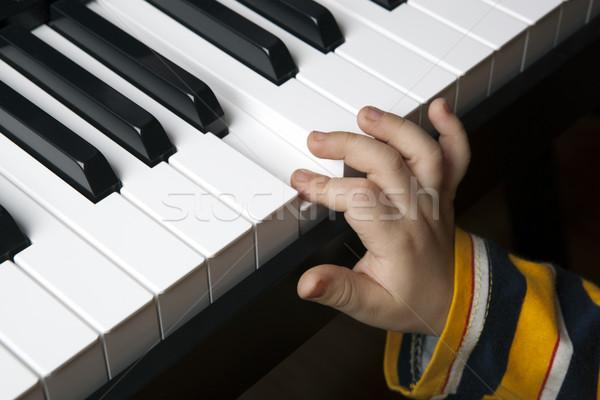 Kéz kicsi fiú zongora billentyűk közelkép gyermek Stock fotó © mizar_21984