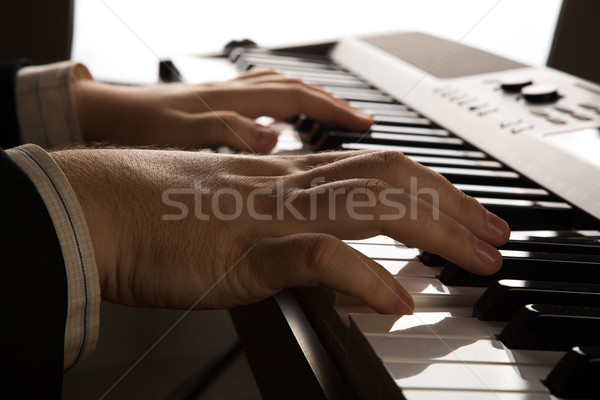 Pianotoetsen menselijke handen muziek man Stockfoto © mizar_21984
