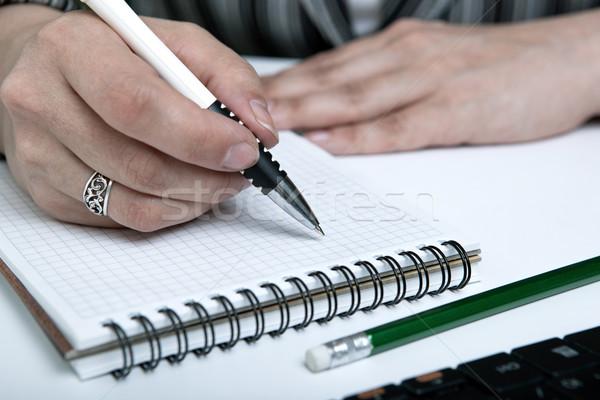Frau geschrieben Arbeit Tagebuch menschlichen Hand halten Stock foto © mizar_21984