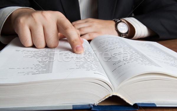 Hombre mirando grande diccionario trabajo Foto stock © mizar_21984