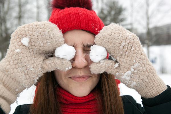 Egy lány tél ruházat ujjatlan kesztyűk tart fiatal lány Stock fotó © mizar_21984