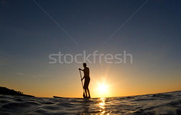 Silhouette homme surf bord coucher du soleil jeune homme Photo stock © MojoJojoFoto