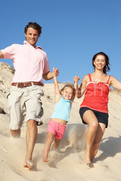 Família férias na praia corrida para baixo duna Foto stock © monkey_business