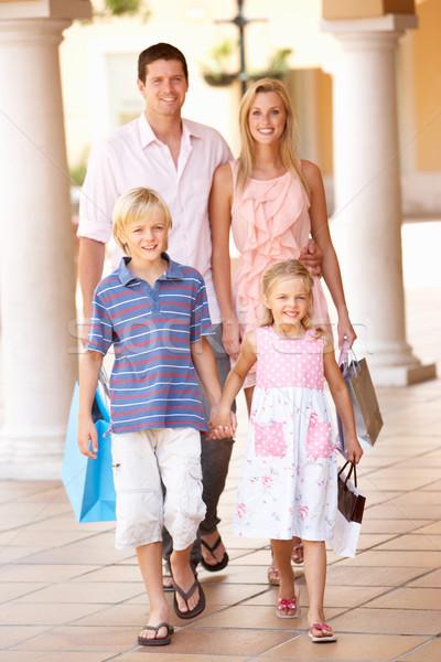 Giovani famiglia shopping viaggio insieme Foto d'archivio © monkey_business