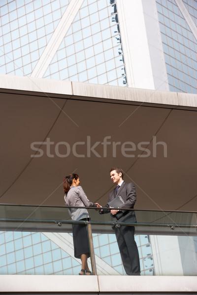 Photo stock: Deux · affaires · collègues · serrer · la · main · à · l'extérieur · immeuble · de · bureaux