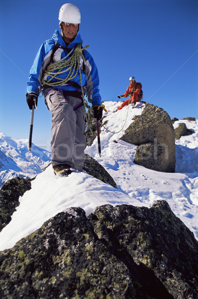 Fiatal férfiak hegymászás csúcs férfi kék ég mászik Stock fotó © monkey_business