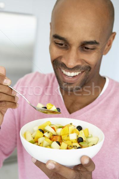 Stock fotó: Középkorú · férfi · eszik · friss · gyümölcs · saláta · férfi · boldog