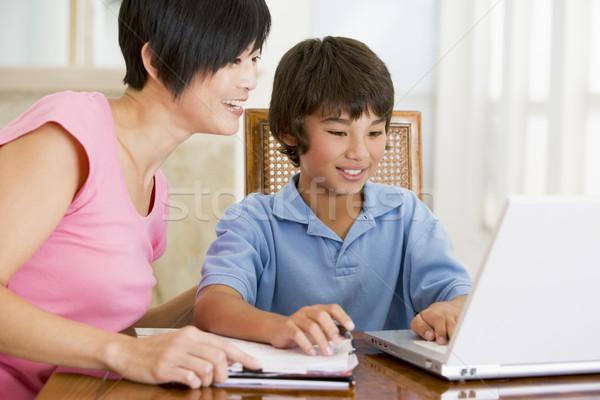 Сток-фото: женщину · помогают · ноутбука · домашнее · задание · столовая