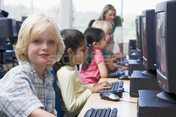 Foto stock: Kindergarten · ninos · aprendizaje · computadoras · educación · estudiantes