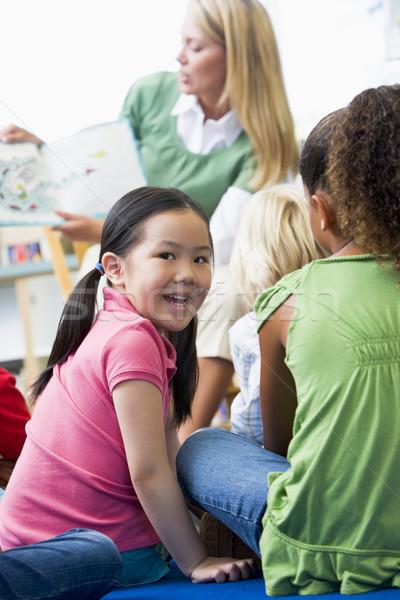 Stok fotoğraf: Anaokulu · öğretmen · okuma · çocuklar · kütüphane · kız